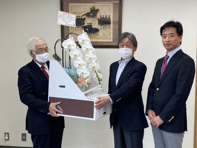緑化推進委員会より胡蝶蘭を贈呈していただきました